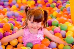 小女孩在儿童游戏屋子 免版税库存图片