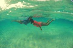 可爱爱恋的夫妇美好的水下的亲吻  免版税库存照片