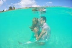 爱恋的夫妇美好的水下的亲吻  免版税库存图片