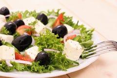 希腊沙拉,硕大黑橄榄,绵羊乳酪 免版税库存图片