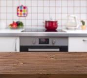 在厨房长凳背景的木桌 免版税图库摄影