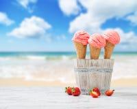 草莓冰淇凌 库存照片