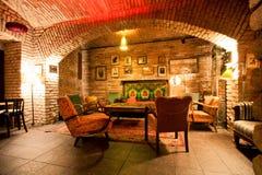 有砖墙的老时尚设计室 免版税库存照片