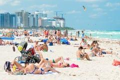 享用海滩的人们在南海滩,迈阿密 库存图片