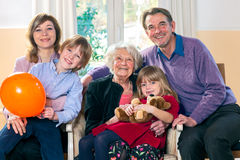 摆在与祖母的家庭 免版税图库摄影