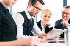 事务-会议在办公室,队与片剂一起使用 免版税库存图片