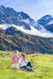Ευτυχή τρία παιδιά στον τομέα μεταξύ των βουνών χιονιού Στοκ φωτογραφίες με δικαίωμα ελεύθερης χρήσης