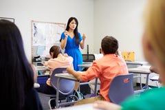 上课的女性高中老师 免版税图库摄影