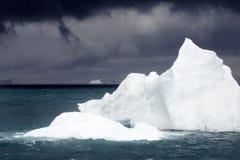 冰山天空风雨如磐的下面白色 免版税库存照片