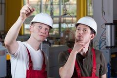 Инженер показывая что-то на зоне продукции Стоковая Фотография