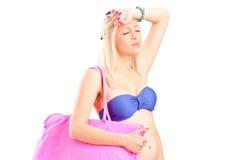 Женщина в бикини чувствуя горячий Стоковое Изображение RF