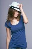 妇女佩带的夏天帽子 免版税库存图片