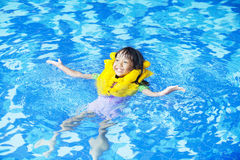 逗人喜爱的女孩嬉戏在水池 免版税库存图片