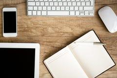 笔记本在木桌上的机智片剂 库存图片