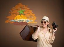 有照片照相机的愉快的游人 免版税图库摄影