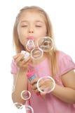 Αστείες καλές φυσαλίδες σαπουνιών μικρών κοριτσιών φυσώντας Στοκ Εικόνες