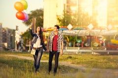 走在游乐园的富感情的夫妇 免版税库存照片