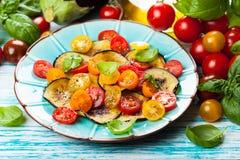 茄子和蕃茄沙拉 免版税图库摄影