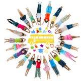不同种族的小组孩子和学校概念 库存图片