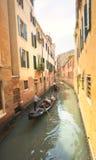 有平底船的船夫的长平底船在威尼斯,意大利 图库摄影