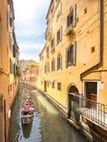 有平底船的船夫的长平底船在威尼斯,意大利 免版税库存图片
