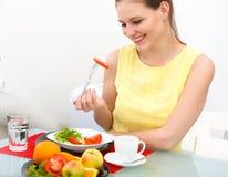 吃健康食物的美丽的妇女特写镜头 免版税库存照片