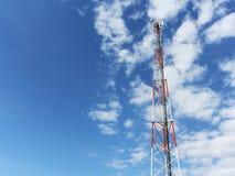ενάντια στον μπλε πύργο τηλεπικοινωνιών ουρανού επικοινωνίας κεραιών διάφορο Στοκ Εικόνα
