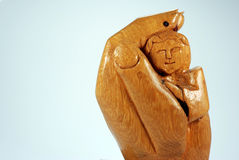 В натуральную величину деревянная рука держа священника Стоковые Изображения