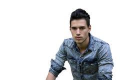 牛仔布衬衣的英俊的黑发年轻人 免版税库存图片