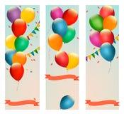 与五颜六色的气球和旗子的减速火箭的假日横幅 免版税图库摄影