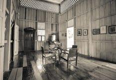 葡萄酒桌和椅子在屋子里 库存图片