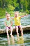Τα παιδιά έχουν τη διασκέδαση στη λίμνη Στοκ φωτογραφία με δικαίωμα ελεύθερης χρήσης