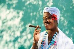 古巴黑人妇女抽烟的雪茄画象  免版税库存图片