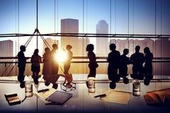Силуэты бизнесменов коллективно обсуждать внутри офиса Стоковая Фотография