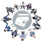 查寻与信用卡标志的快乐的商人 库存照片