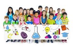 拿着教育概念广告牌的小组孩子 免版税图库摄影