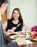 吃雍的妇女浪漫晚餐 免版税库存图片