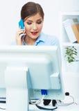 微笑的女商人电话中心操作员画象在工作 免版税库存照片
