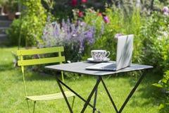 茶时间在庭院里 免版税库存照片