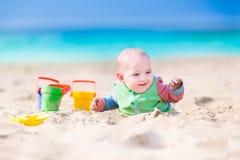 使用在海滩的滑稽的婴孩 免版税库存图片