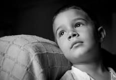 可爱的褐色被注视的孩子 库存照片