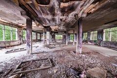 杂乱被放弃的工厂室 免版税库存图片