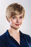 微笑的企业白肤金发的妇女魅力画象 免版税库存图片