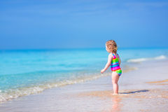 Λίγο χαριτωμένο κορίτσι που τρέχει σε μια παραλία Στοκ εικόνες με δικαίωμα ελεύθερης χρήσης