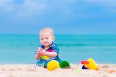 使用在海滩的男婴 免版税库存照片