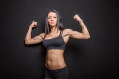 женщина культуриста изгибая мышцы Стоковые Изображения RF