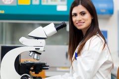 女性查找的显微镜科学家 库存图片