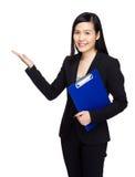 Επιχειρησιακή γυναίκα με το σημειωματάριο και χέρι παρόν κάτι Στοκ Εικόνες