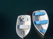 小船被栓对船坞 免版税库存照片