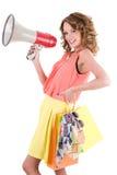 年轻五颜六色的穿戴的妇女购物和呼喊的低谷扩音器 免版税库存照片